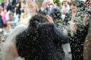 Přibývá mladších ženichů avzdělanějších nevěst