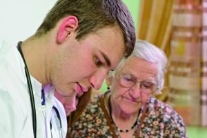 Každý osmý starší 65 let pobírá příspěvek na péči
