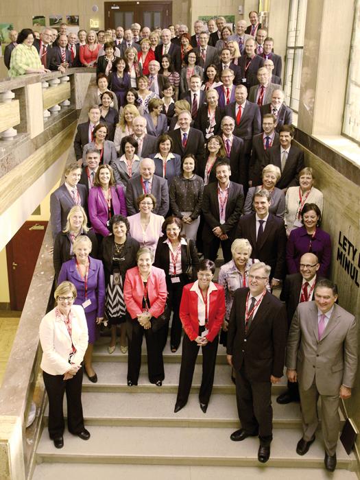 Iva Ritschelová spolu spředsedy statistických úřadů z38 zemí na konferenci DGINS, která se uskutečnila vzáří vroce 2012 vPraze.