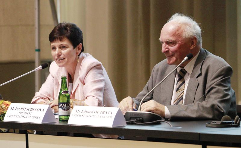 Předsedkyně ČSÚ Iva Ritschelová sbývalým předsedou ČSÚ Edvardem Outratou (1993–1999).