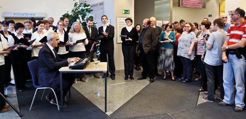 Sbor ČSÚ zazpíval zaměstnancům Úřadu vánoční koledy. Jeho sbormistrem je Karel Král, ředitel odboru statistiky zahraničního obchodu.
