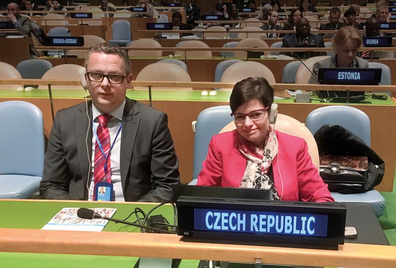 Jiří Muchka, rada vyslance Stálé mise ČR při OSN vNew Yorku aIva Ritschelová, předsedkyně ČSÚ, na zasedání Statistické komise OSN vNew Yorku.