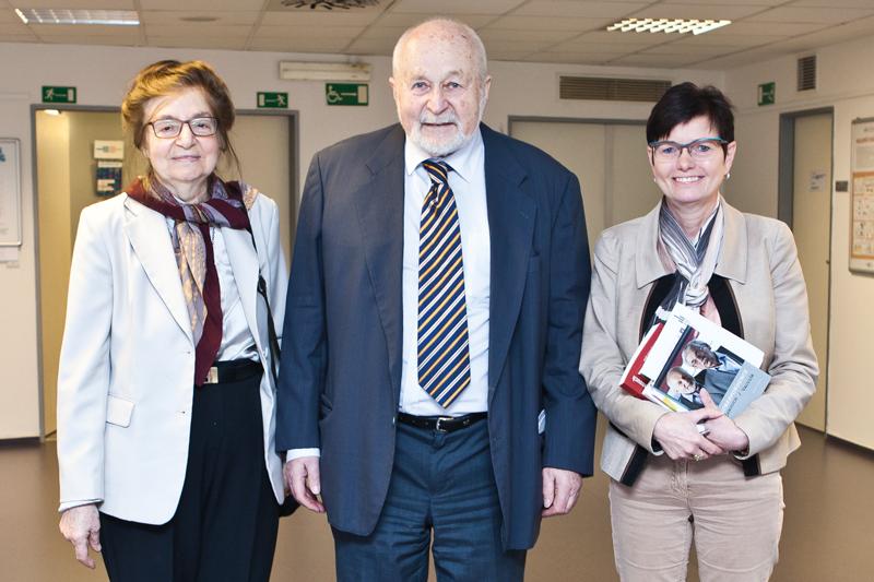 Jaderný fyzik aspisovatel František Janouch ajeho manželka Ada Kolmanová společně spředsedkyní Ivou Ritschelovou vČSÚ.
