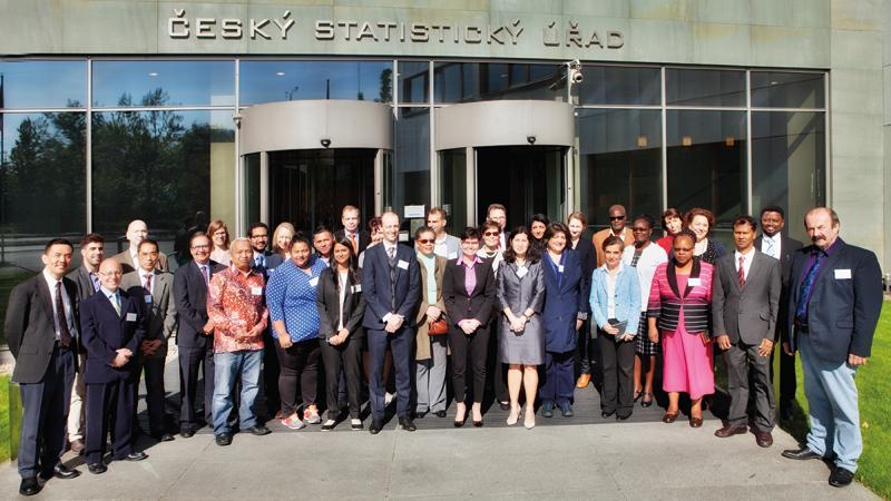 Cílem mezinárodního týmu – Expertní skupiny OSN pro statistiku životního prostředí (EGES) je napomáhat zemím se zaváděním FDES 2013 formou metodických nástrojů, praktického poradenství nebo školicích materiálů. Skupina je složena zdesítek odborníků reprezentujících všechny regiony světa. Kromě národních statistických institucí má zde zastoupení řada mezinárodních organizací – Eurostat, UNESCAP, Evropská hospodářská komise OSN aj.