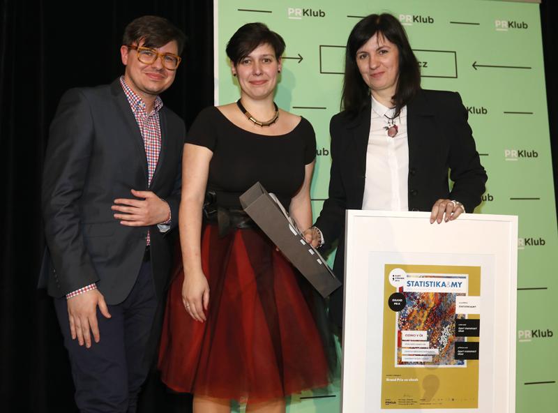 Jana Kučerová, vedoucí oddělení CID ČSÚ, přebírá cenu Grand Prix vsoutěži Zlatý středník.