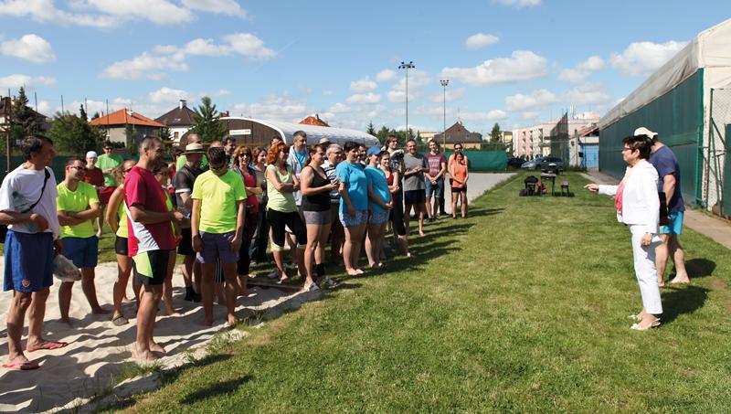 Turnaj ČSÚ vplážovém volejbale zahájila předsedkyně ČSÚ Iva Ritschelová.