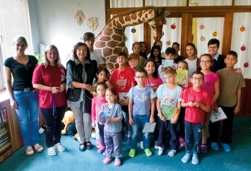 Děti zdětského domova při převzetí knížek od pracovníků ČSÚ.