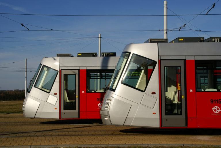 Ukratších vzdáleností vede MHD, udelších železnice