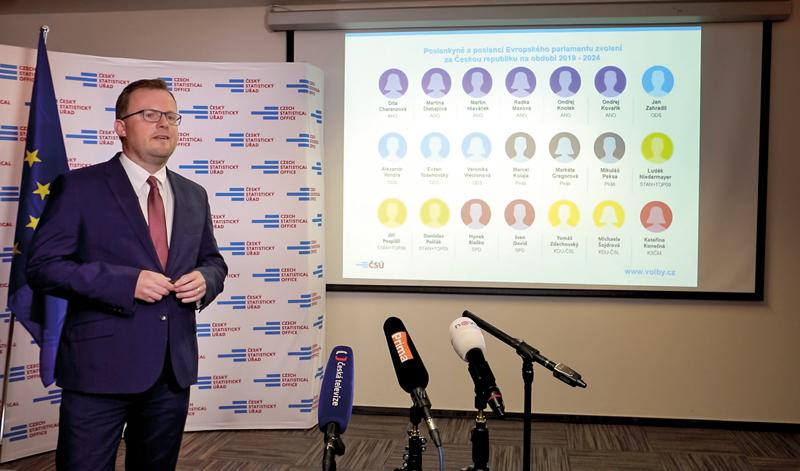 Předseda ČSÚ Marek Rojíček na tiskové konferenci informuje novináře ovýsledcích voleb do Evropského parlamentu.