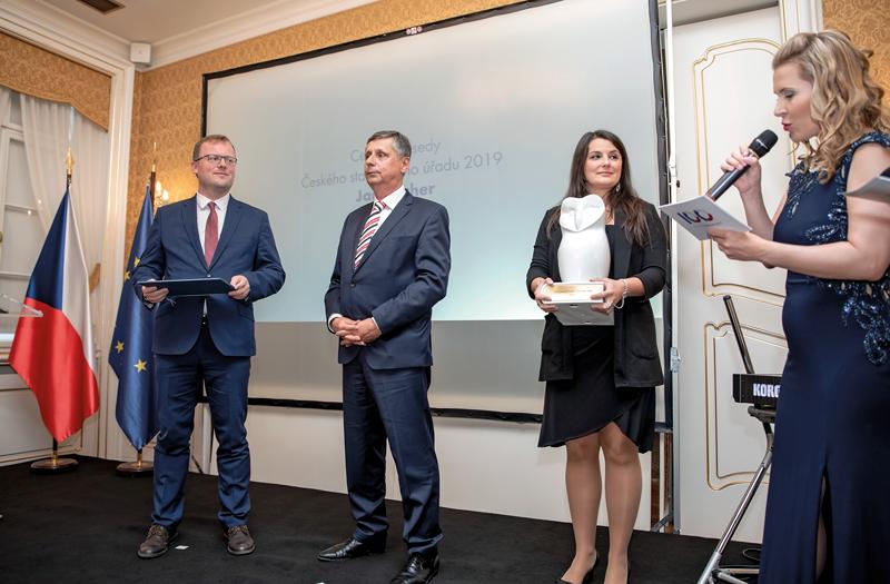 Předseda ČSÚ Marek Rojíček předává cenu Janu Fischerovi