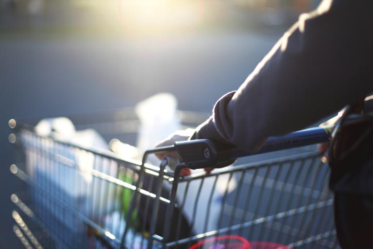 Maloobchodní prodej loni meziročně klesl