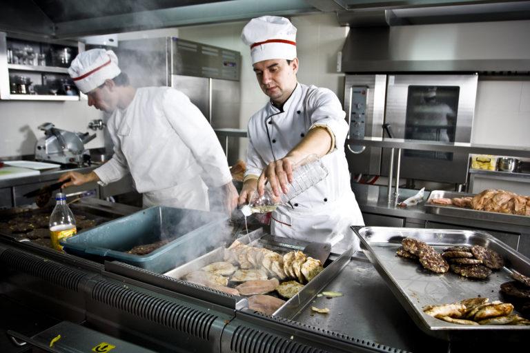 Neděli v zaměstnání pravidelně tráví každý desátý Čech