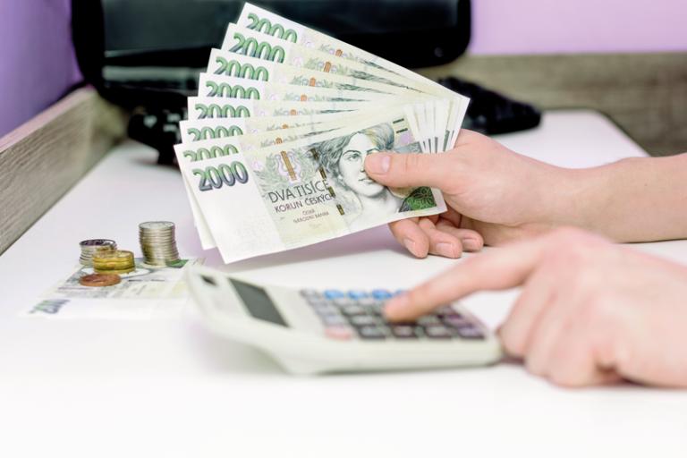 Propad české ekonomiky se postupně zmírňuje
