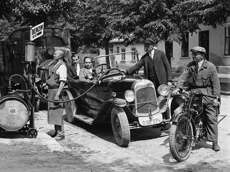 Stoletá láska Čechů k automobilovým značkám